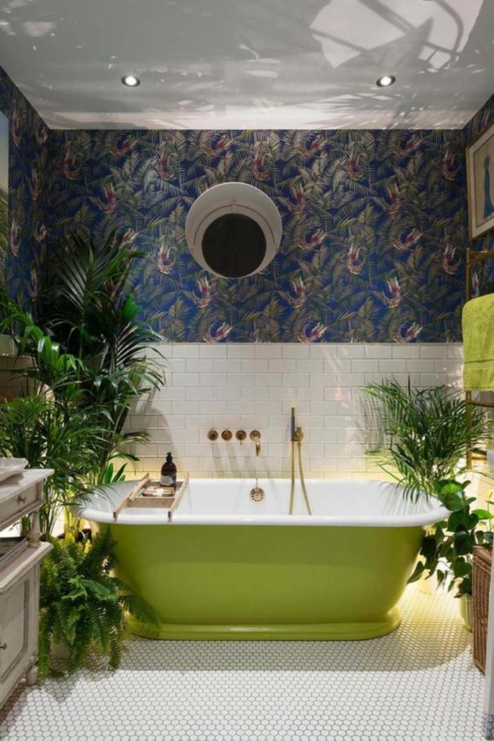 salle-de-bains-moderne-baignoire-verte-papier-peint-exotique