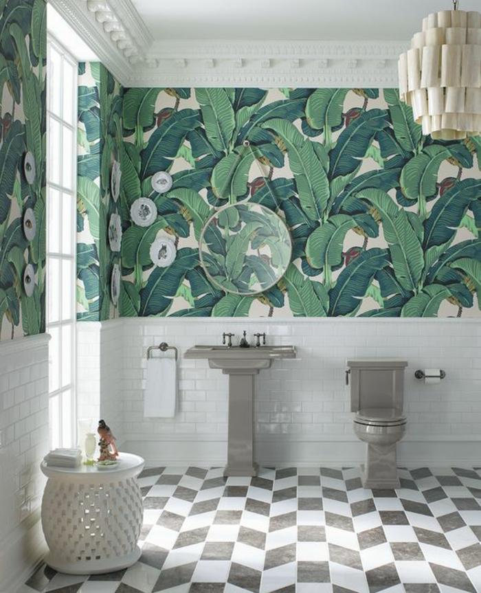 salle-de-bains-moderne-déco-gris-et-blanc-carreaux-papier-peint-tropical-feuille-de-bananier
