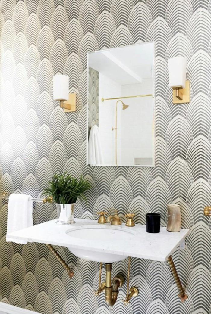 salle-de-bains-tapisserie-murale-effet-optique-déco-dorée-