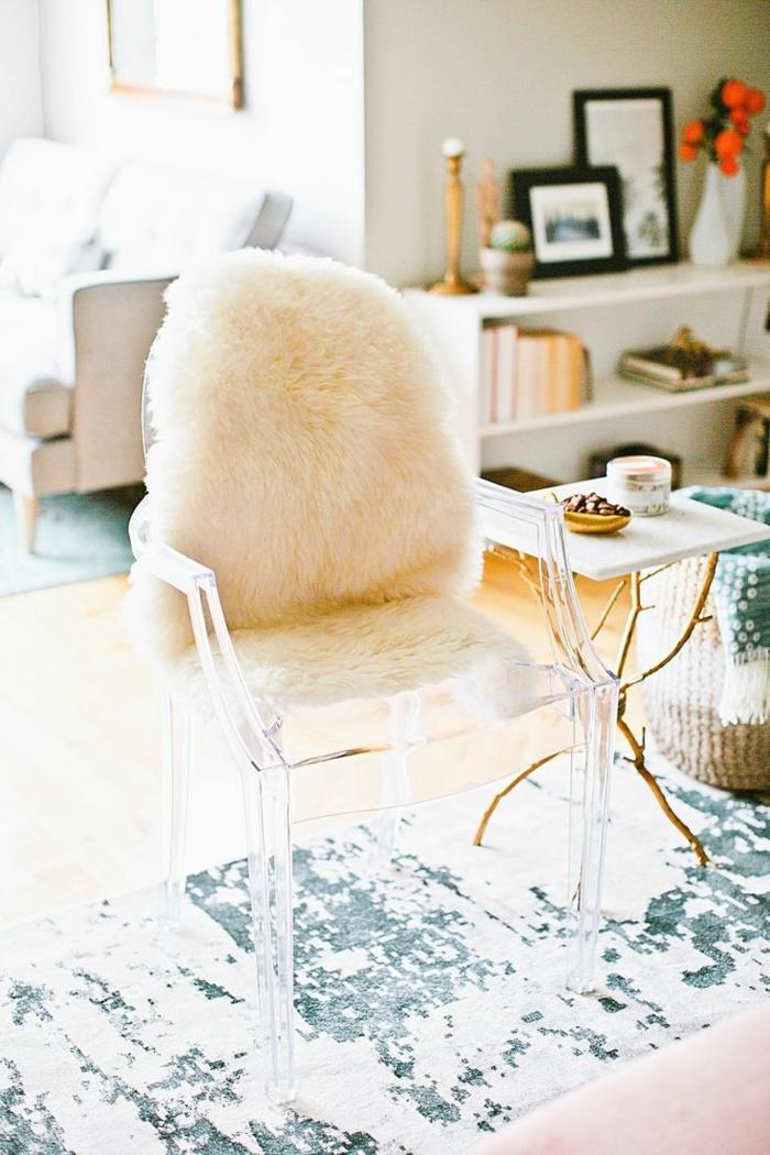 aménager son salon, petite table décorative, tapis blanc et gris, bougeoirs, cadres photos noirs