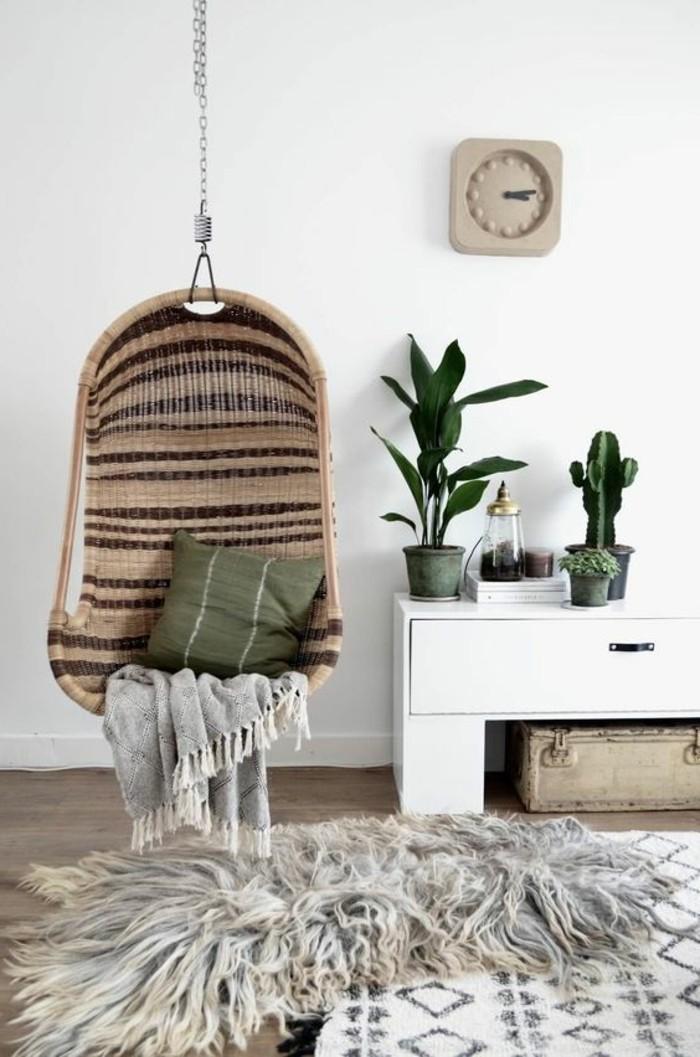 salon-cocooning-chaise-suspendue-couverture-gris-coussin-gris-tapis-plantes-cactus