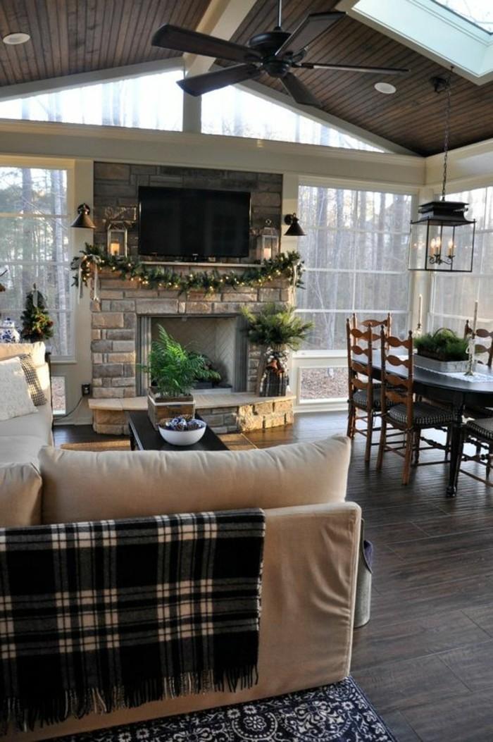 salon-cocooning-cheminée-canapé-beige-couverture-noire-carré-table-chaises