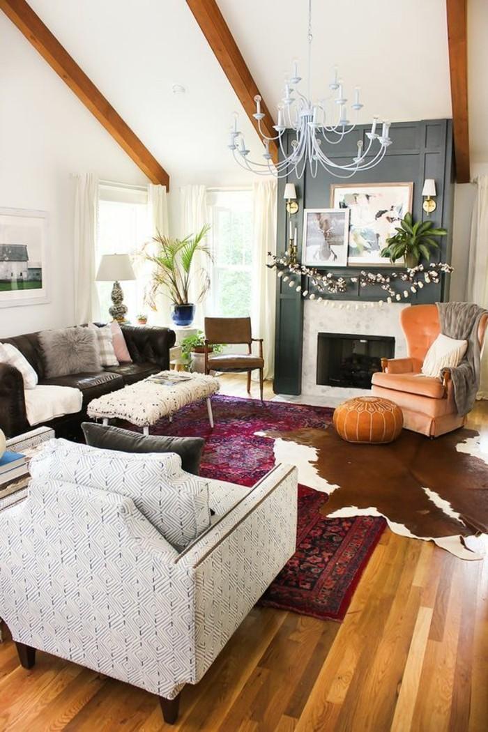 salon-cocooning-cheminée-fauteil-canapé-tapis-ethnique-en-violette-livres-plantes