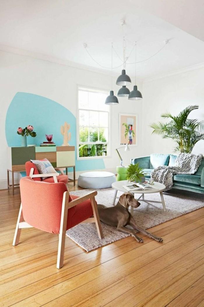 salon-cocooning-fauteuil-couleur-pastel-chien-plantes-lampes-grises-tapis