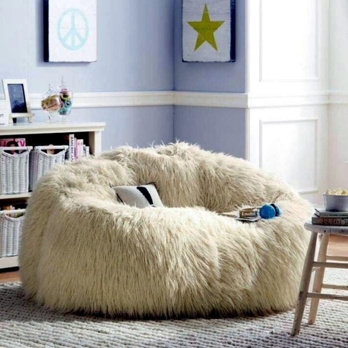 idee deco salon cocooning, tapis en crochet, pouf en fausse fourrure, panier en paille