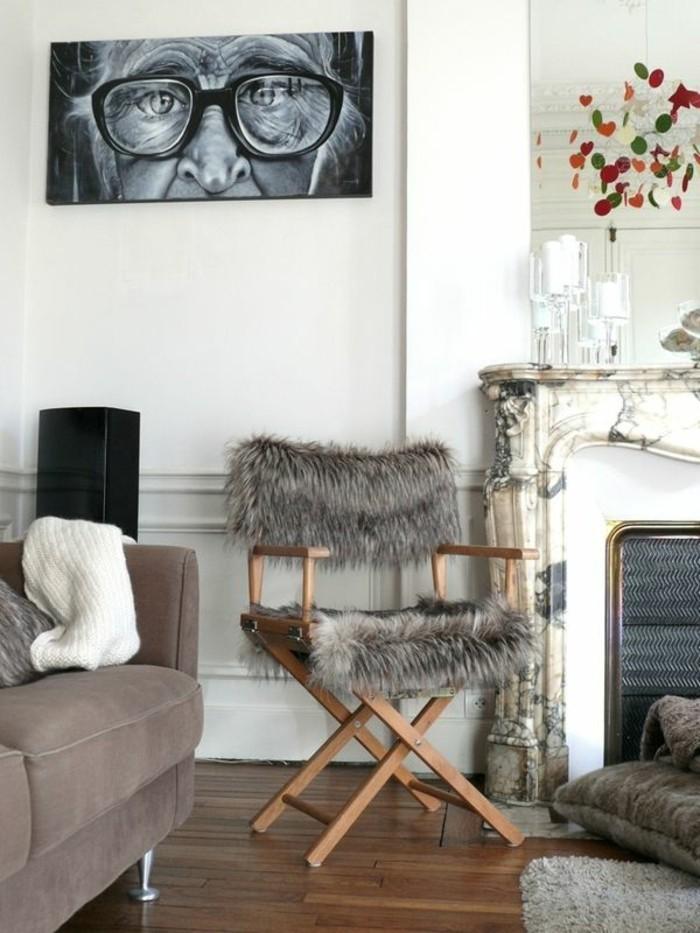 salon-cocooning-peinture-noir-et-blanc-chaise-en-bois-et-fausse-fourrure-cheminée