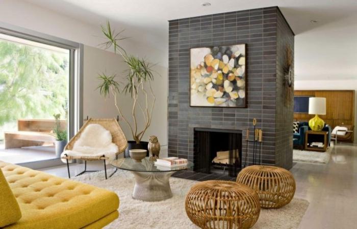 amenagement salon, canapé jaune moutarde, grande fenêtre, poufs en paille, plantes vertes tropicales