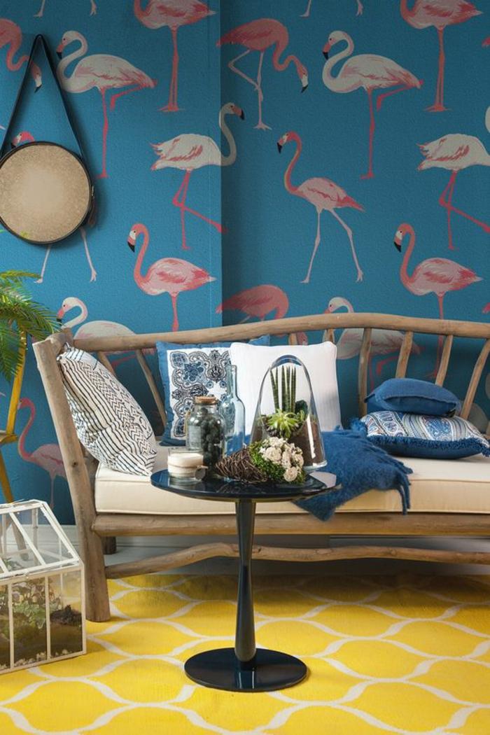 salon-exotique-canapé-en-bois-tapis-jaune-papier-peint-exotique-flamant