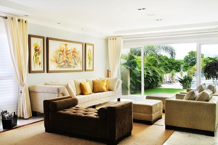 decoration zen, canapé beige, rideaux longs, murs blancs, vue sur le jardin, tapis beige