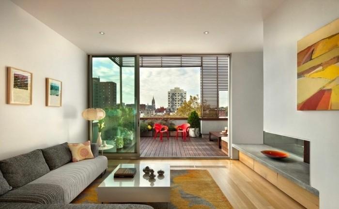 feng shui maison, salon blanc, parquet en bois, peinture jaune, canapé gris, tapis orange