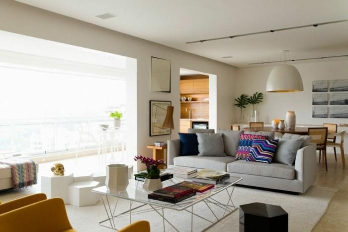 feng shui maison, grande fenêtre, fleurs, miroir, meuble en bois, canapé gris