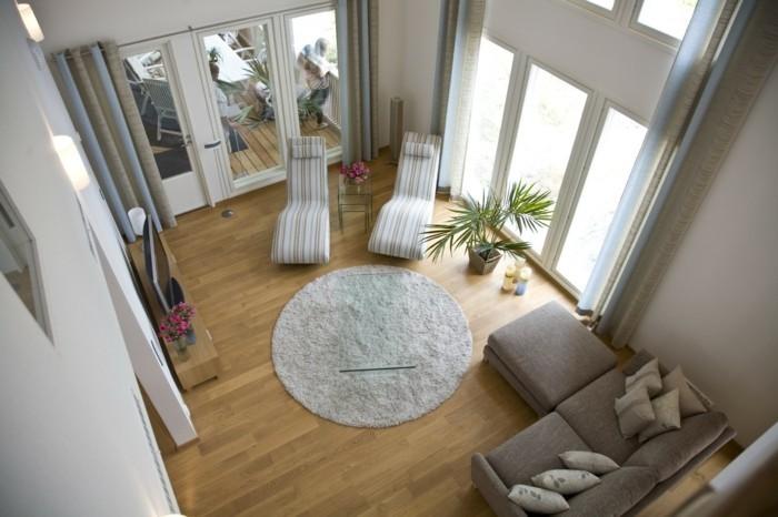 aménager son salon, tapis rond, canapé gris, grande fenêtre, parquet en bois clair