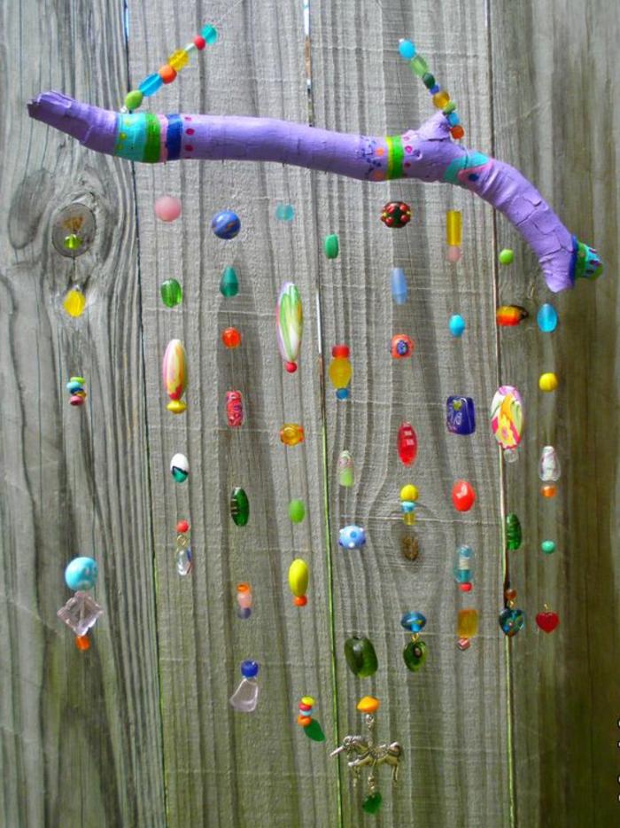 sculpture bois flotté, un attrape-rêve magnifique avec pendentifs multicolores