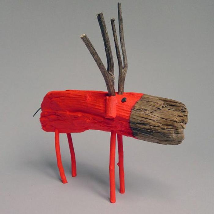 sculpture bois flotté, un cerf sympathique peint rouge