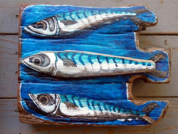 sculpture bois flotté, dessin de poisson sur planche de bois