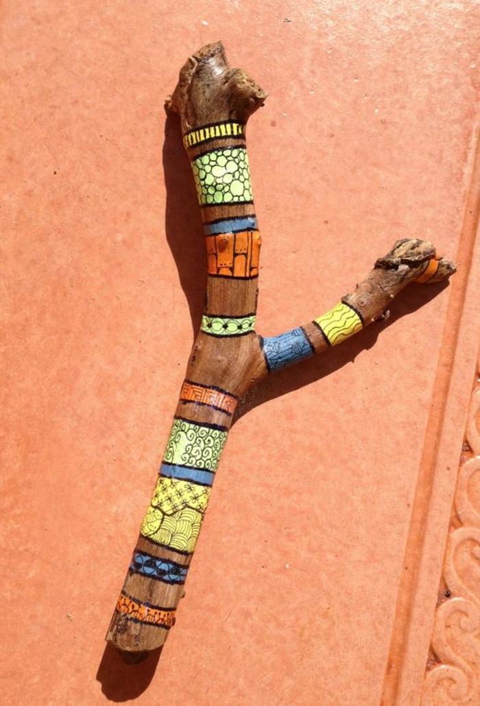 sculpture bois flotté en couleurs radiantes