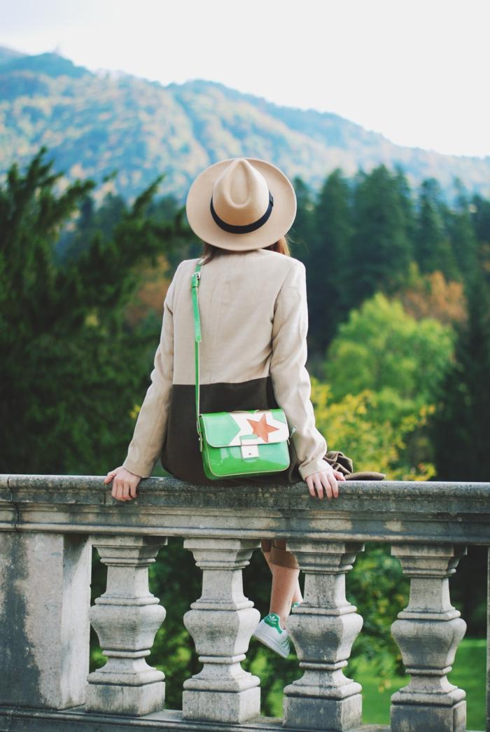 comment porter des stan smith, chapeau beige, montagnes vertes, sac à main déco étoile, veste beige