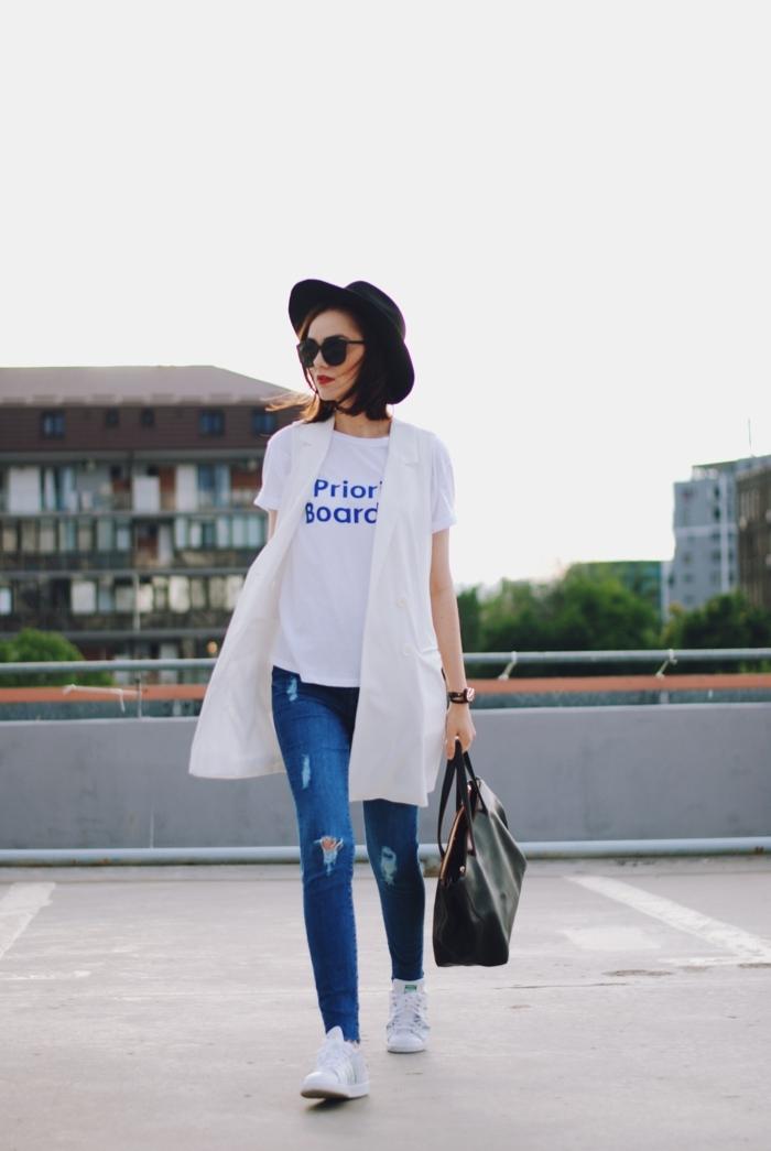 comment porter des stan smith, bonnet noir, sac à main en cuir, t-shirt blanc, jeans déchirés