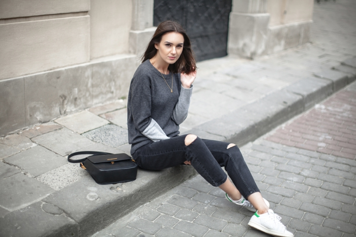 basket femme habillée, pantalon gris déchiré, blouse grise, collier en or, tenue avec stan smith