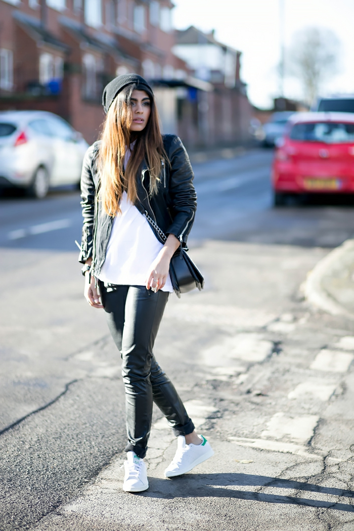basket classe femme, débardeur blanc, pantalon en cuir noir, bonnet noir, stan smith fille, veste en cuir noir