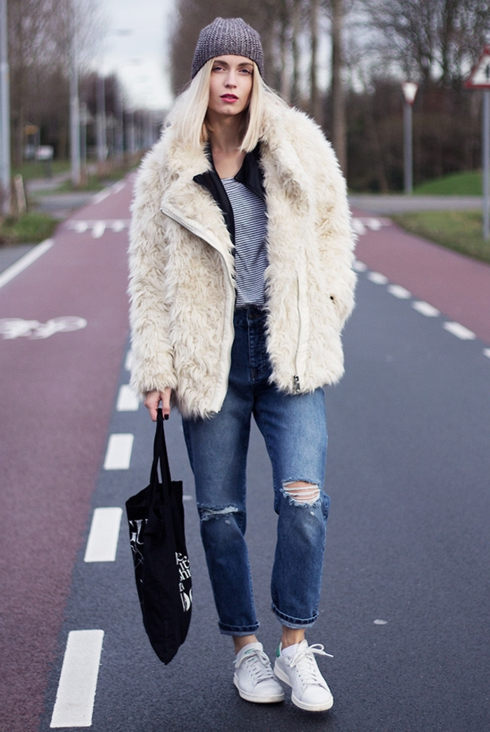 tenue avec stan smith, bonnet en crochet, veste blanche en fausse fourrure, basket classe femme