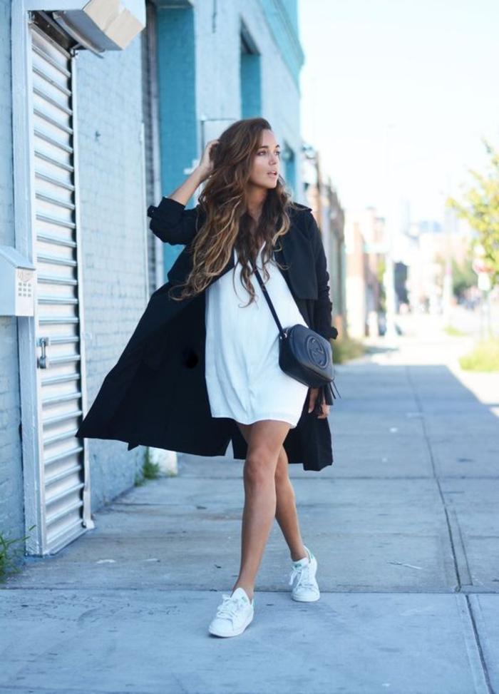 comment porter des stan smith, manteau noir, robe blanche, pochette en cuir noire