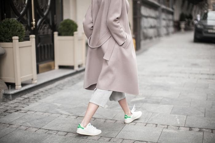 costume avec basket, manteau long beige pastel, pantalon gris 7-8, stan smith femme portées