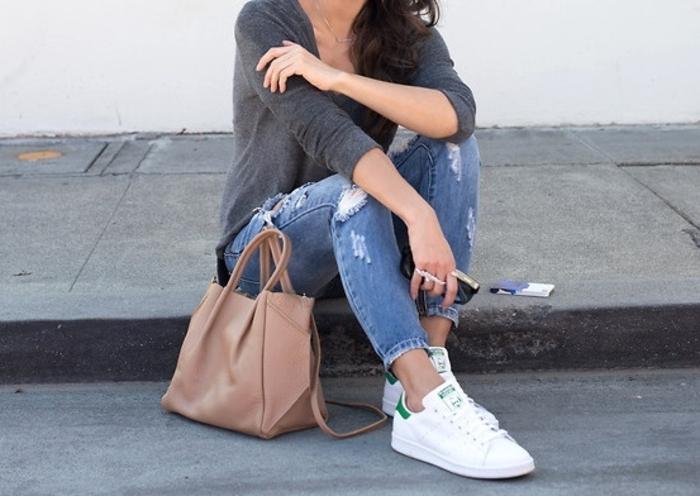comment porter des stan smith, jeans déchirés, blouse grise, sac à main beige, basket classe femme