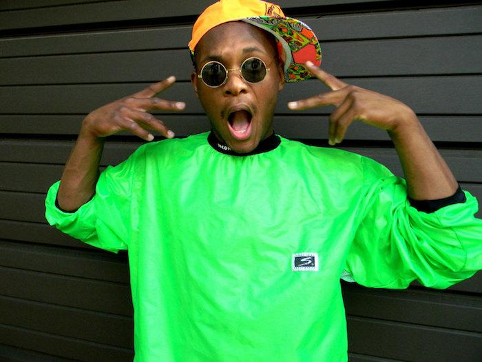 sweat vert fluo et lunettes rondes casquette mode année 90