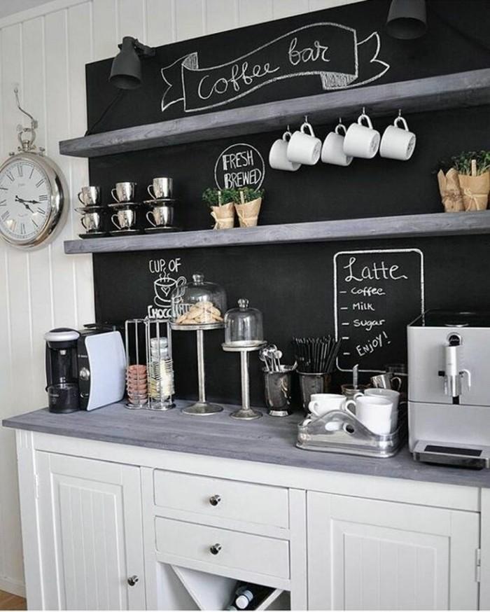 style-cocooning-cuisine-en-blanc-et-noir-machine-de-café-horloge-tasses
