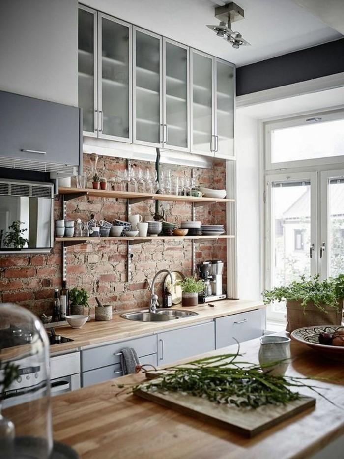 style-cocooning-cuisine-mur-en-briques-ilot-central-en-bois-legumes
