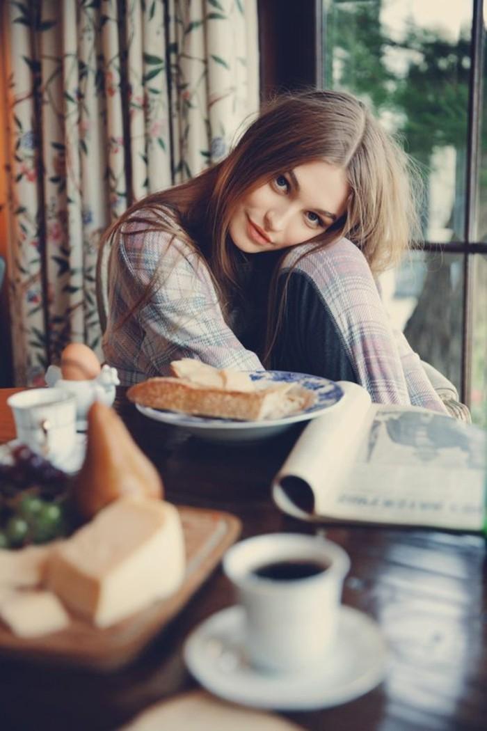 style-cocooning-fille-petit-dejeuner-tasse-de-café-magazine-oeufs