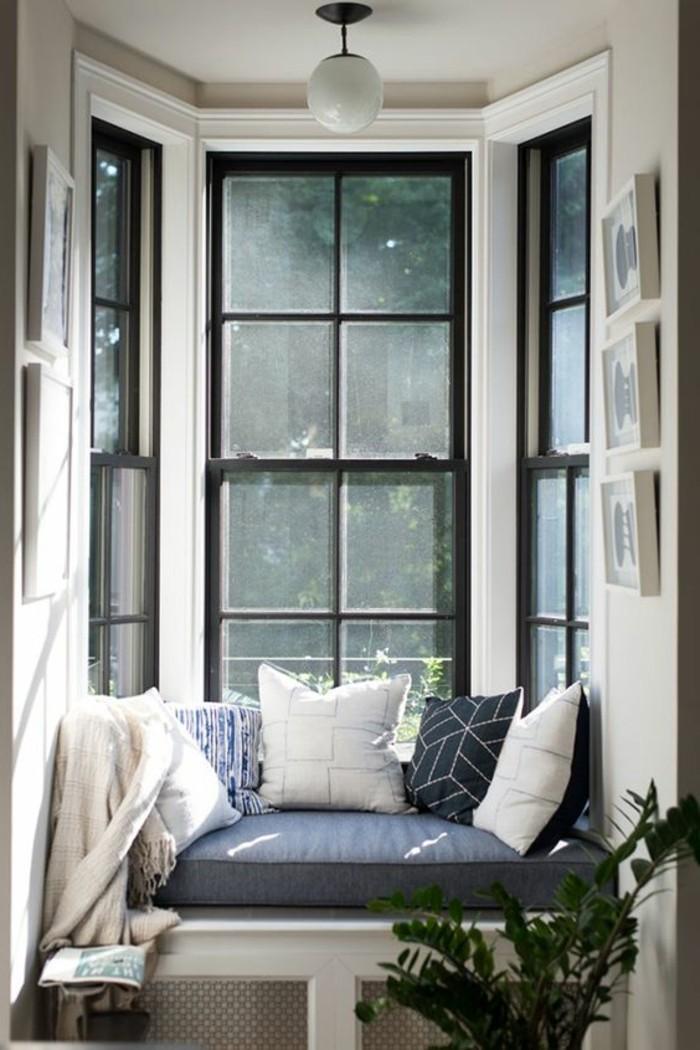 style-cocooning-grandes-fenetres-fleurs-canapé-coussins-photos-lampe