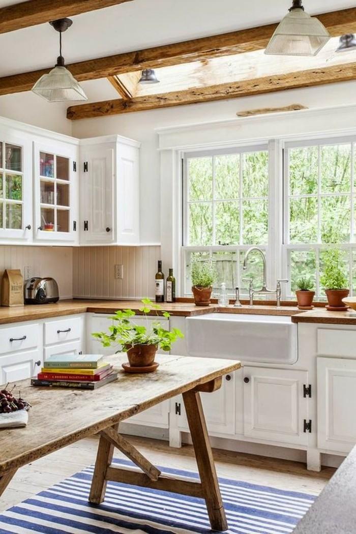 style-cocooning-table-en-bois-livres-plantes-tapis-en-bleu-et-blanc-lampe