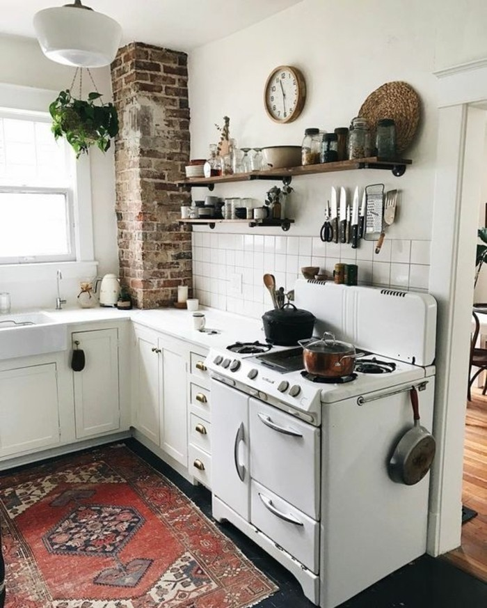 style-cocooning-tapis-ethnique-colonne-en-brique-horloge-four-plantes