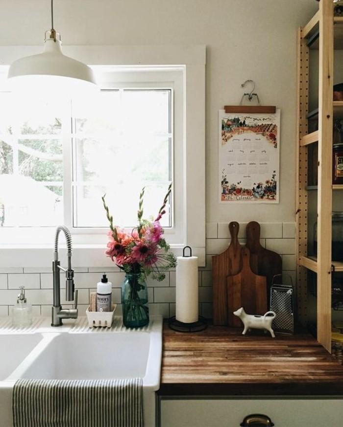 style-cocooning-vase-fleurs-fenetre-étagère-planche-à-découper-en-bois