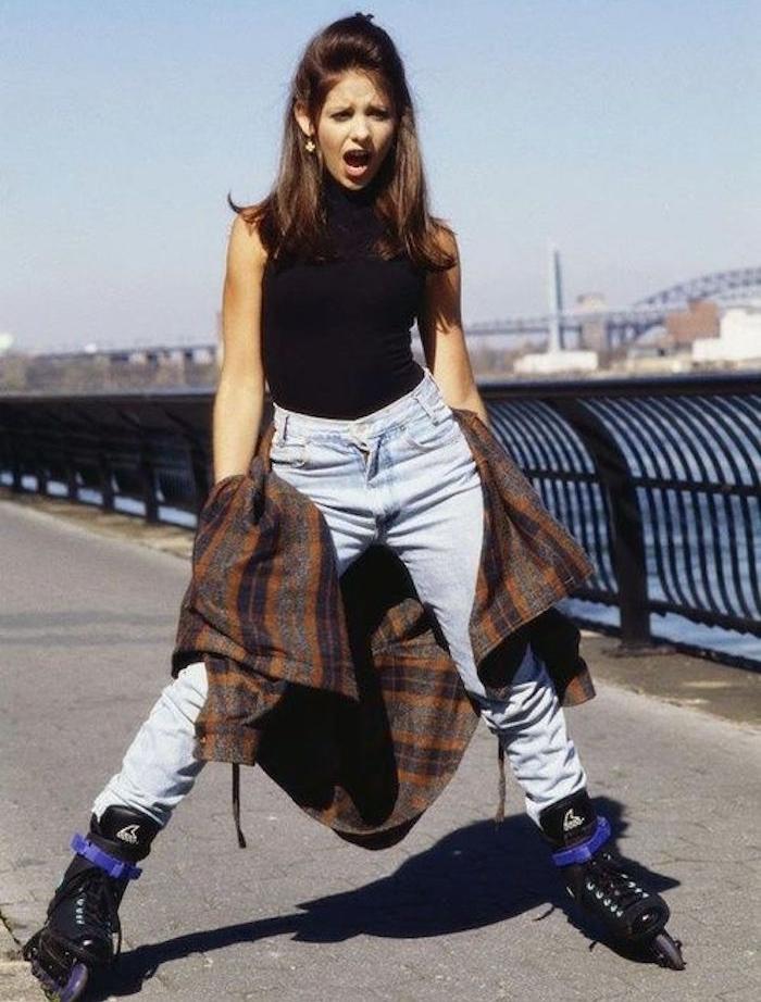 tenue fille année 90 hipster femme jean taille haute et rollers
