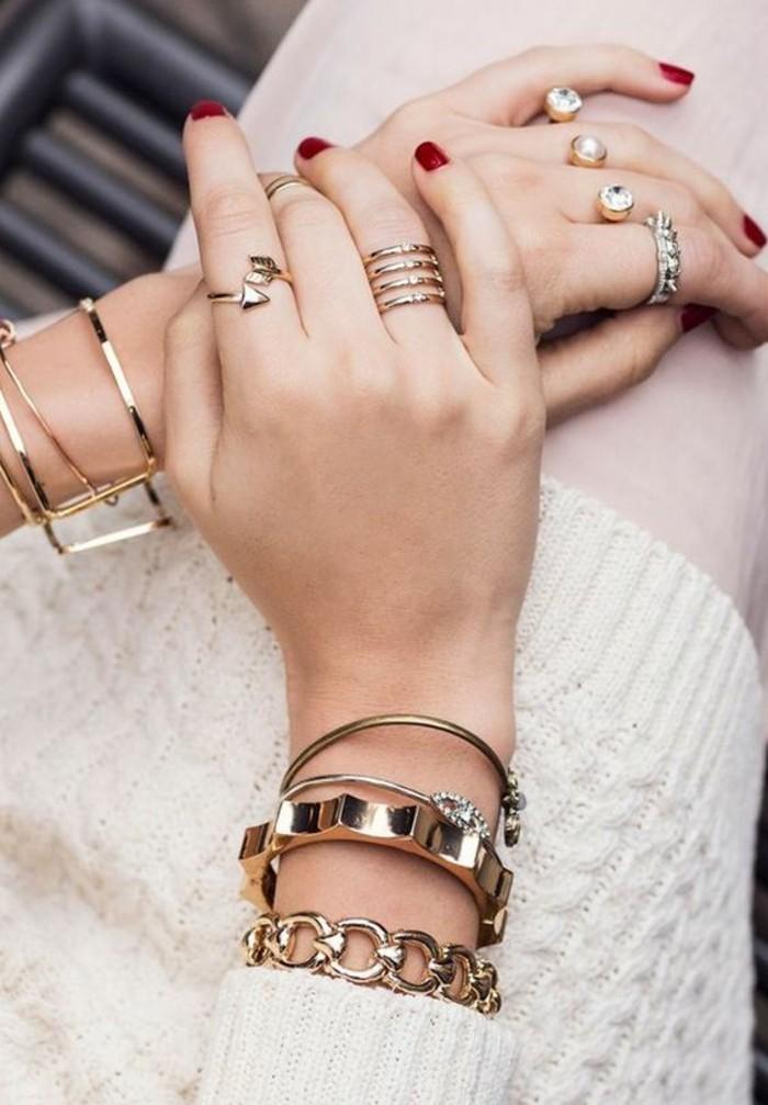 tendance superposition de bijoux, une fine bague portée sur la phalange