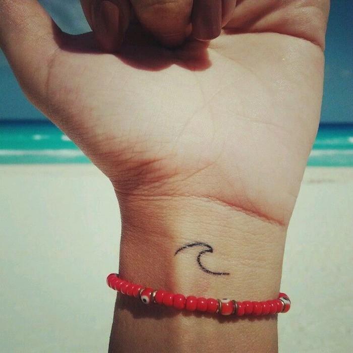 idée petit tatouage voyage plage surf vague sur le poignet
