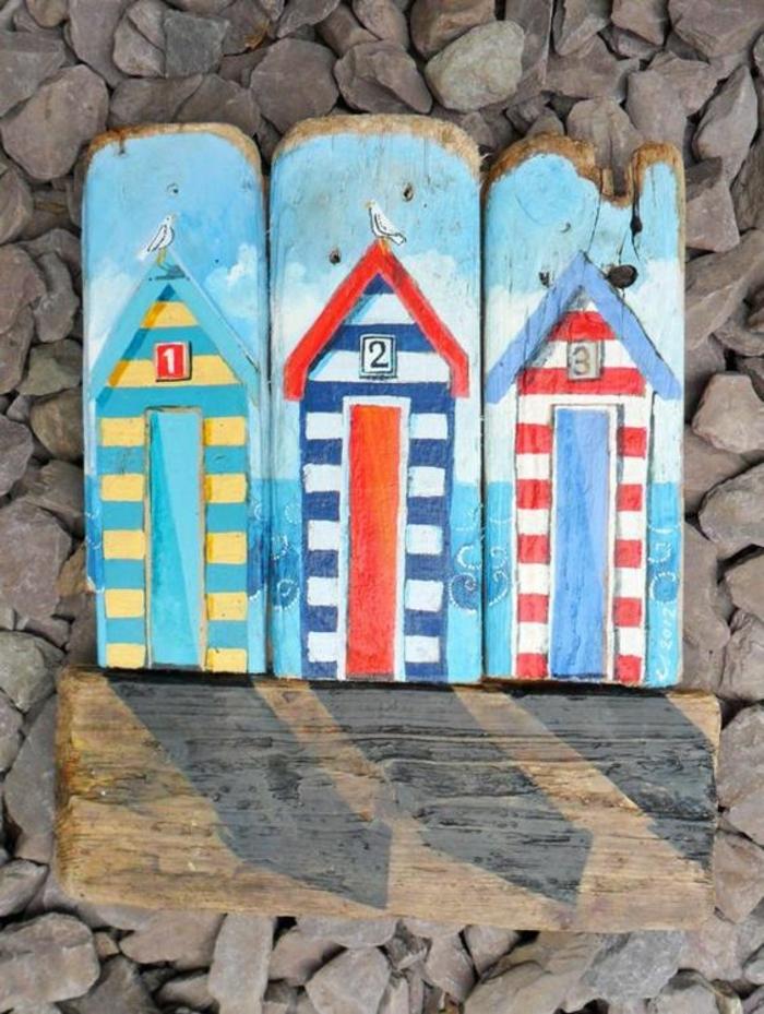 tableau bois flotté, maisons multicolores sur des planches de bois