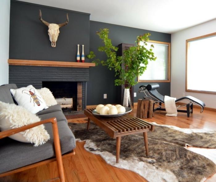 idee deco cocooning, murs noirs, plafond blanc, parquet en bois, tapis en fausse fourrure, arbre vert