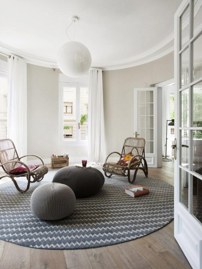 idee deco salon cocooning, parquet en bois, tapis rond, poufs gris, murs blancs, chaises en pailles