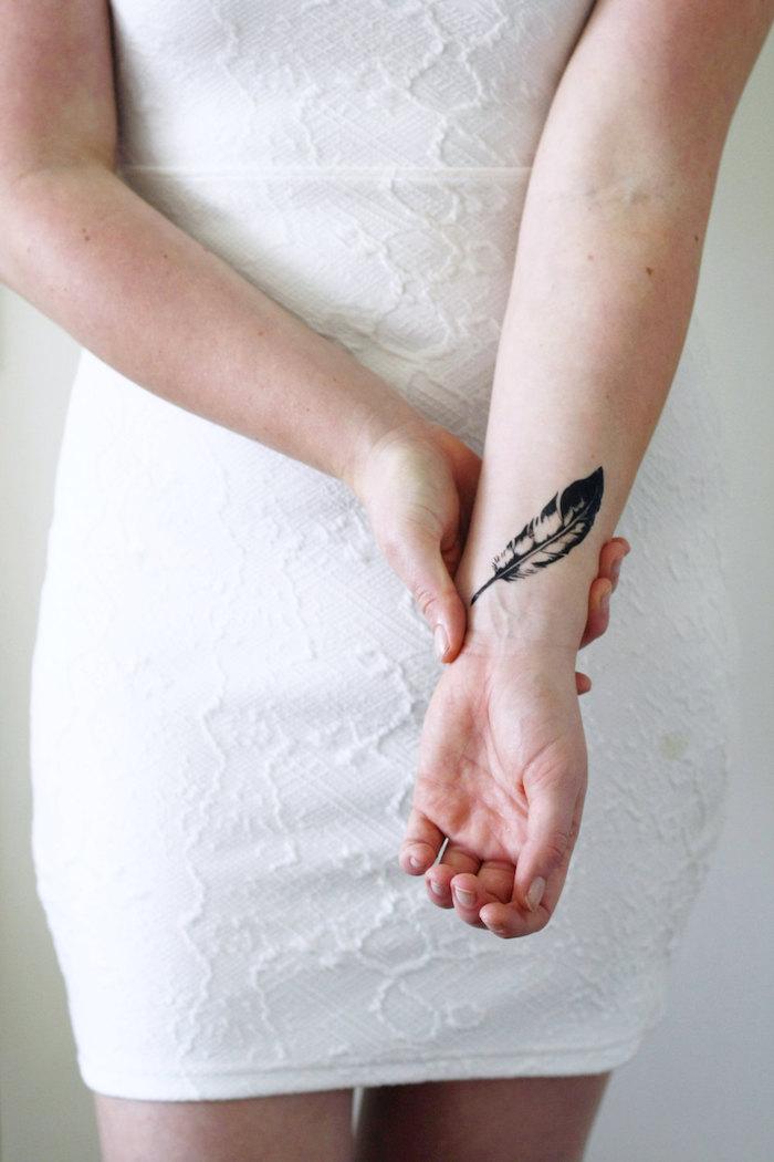tataouage temporaire femme plume poignet idée tattoo éphémères