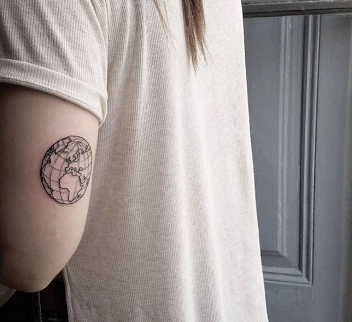 tatouage terre sur le coude carte du monde ronde genre globe