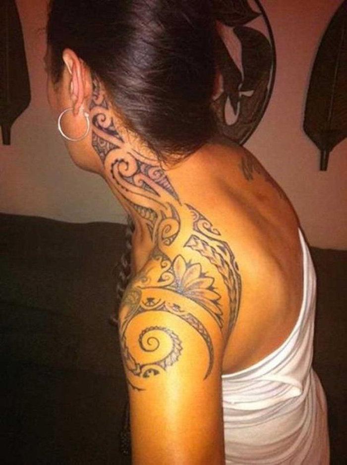tatouage éuaple cou femme maorie polynesienne tattoo