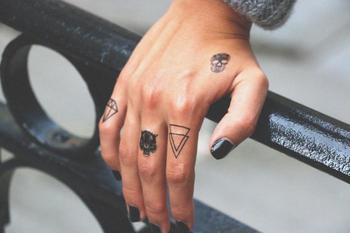 tatouage ephemere pas cher non permanent taouages main tattoo doigt idée temporaire