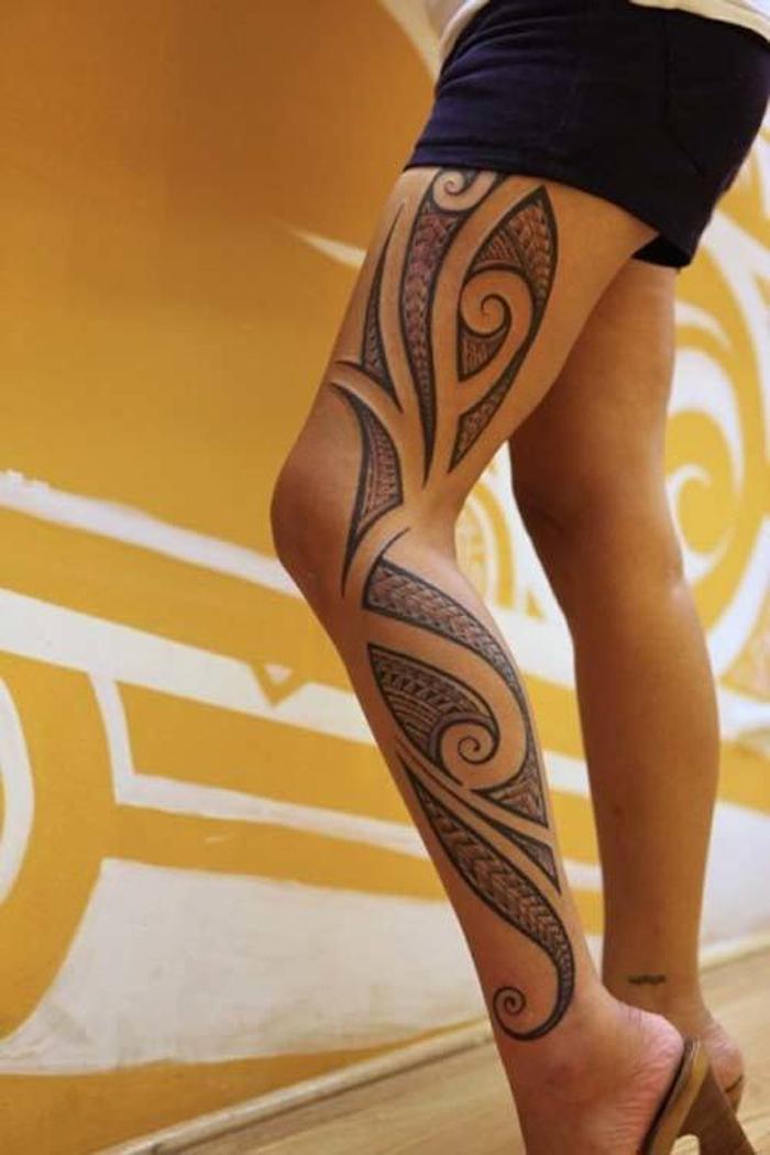 tatouage maori femme polynesien fille tattoo maorie tahitien jambes