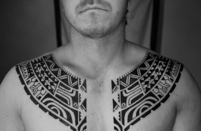 tatouage maorie homme poitrine symbole tribal polynesien noir
