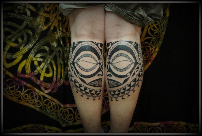 tatouage tahitien tatouages polynésiens mollets homme masque tribal