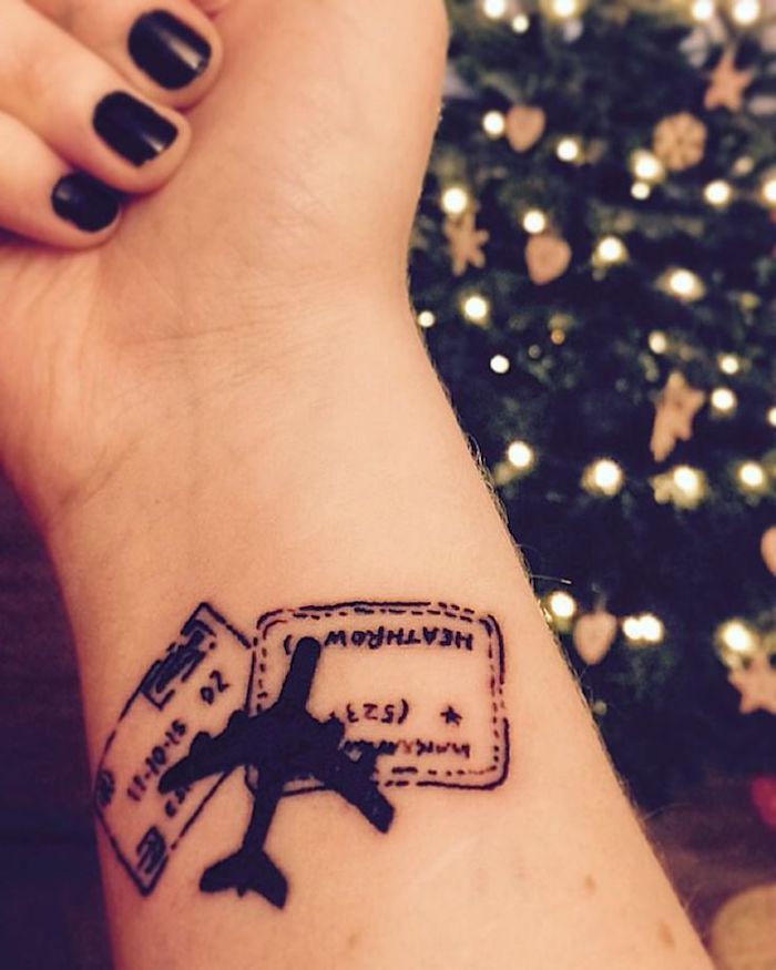 signification tatouage boussole et tampons passeport comme voyage